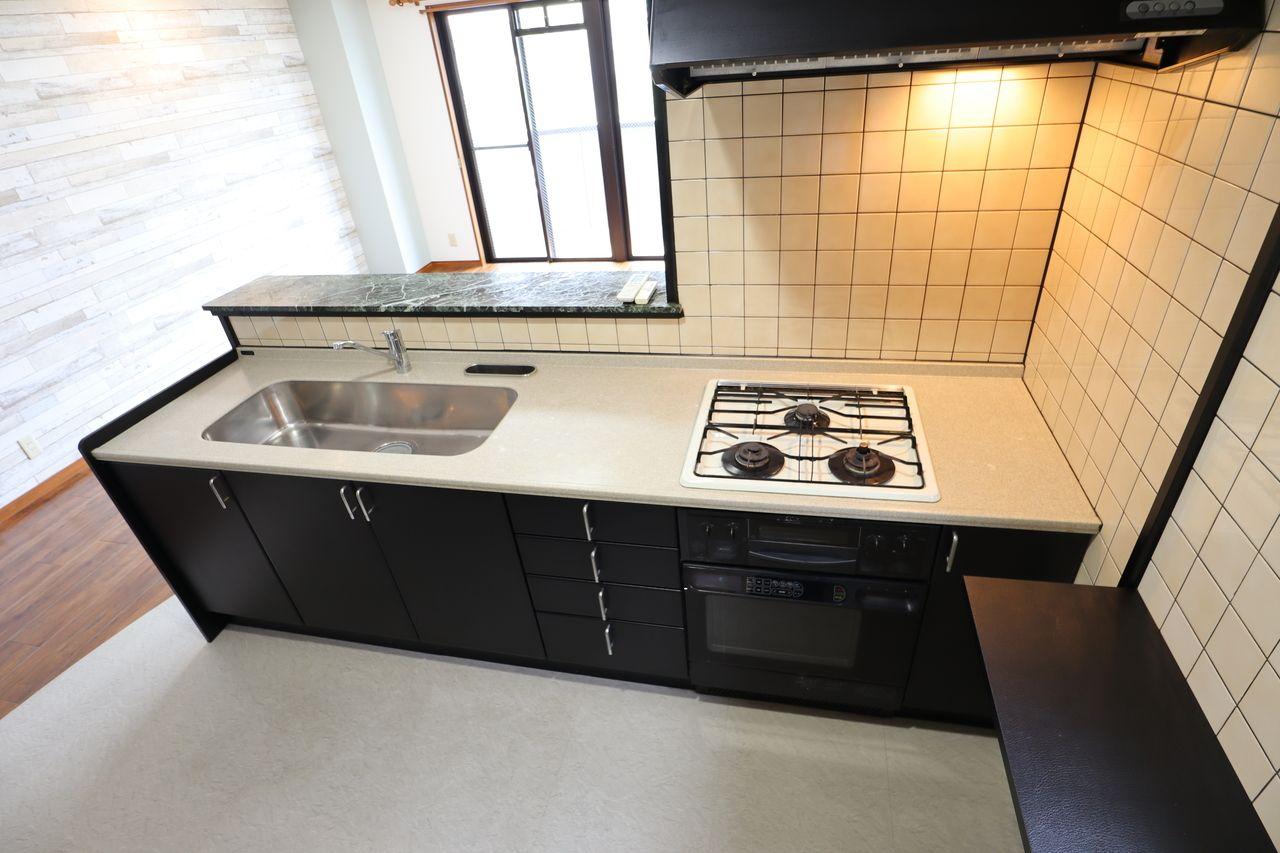 広々とした対面キッチン