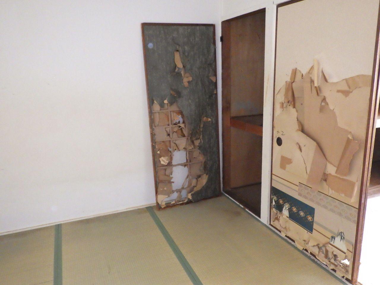 襖ボロボロの和室