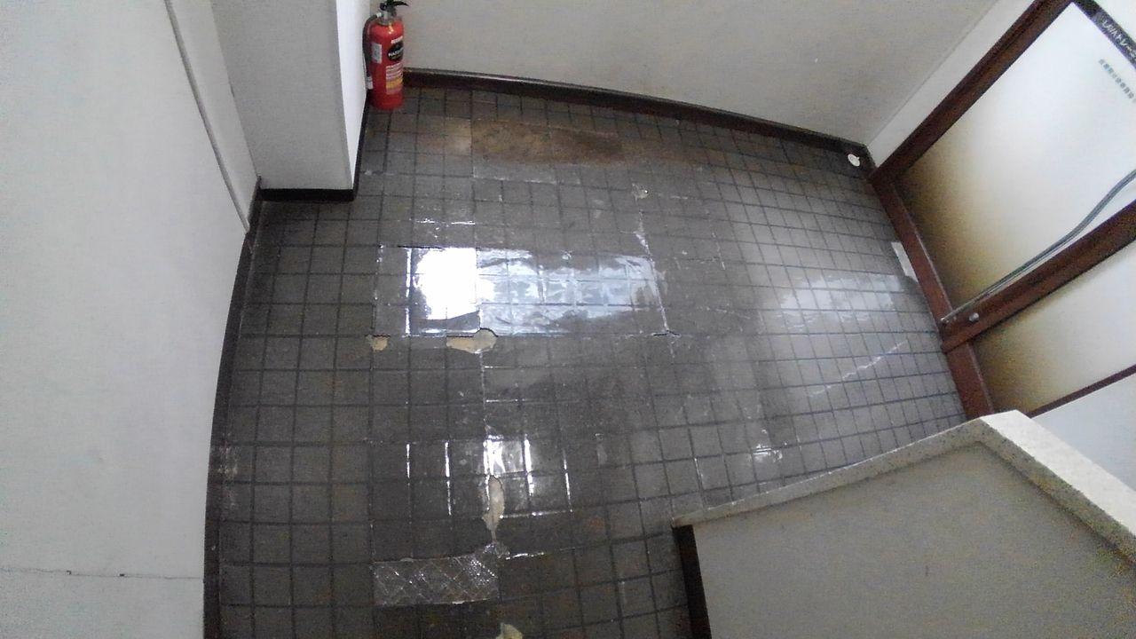 部分的に捲れている床